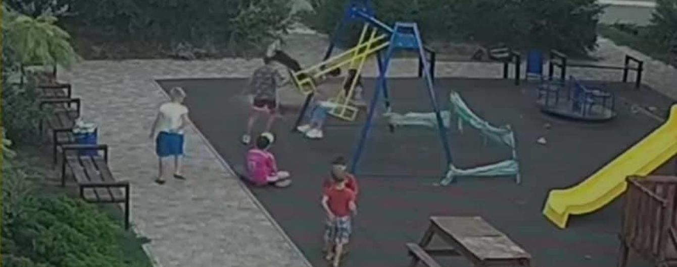 Мальчик, который серьезно травмировался в Одессе на детской площадке, обратился к врачам: видео