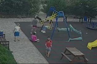 Трагедія на дитячому майданчику: в Одесі хлопчик натрапив на штир і опинився в реанімації