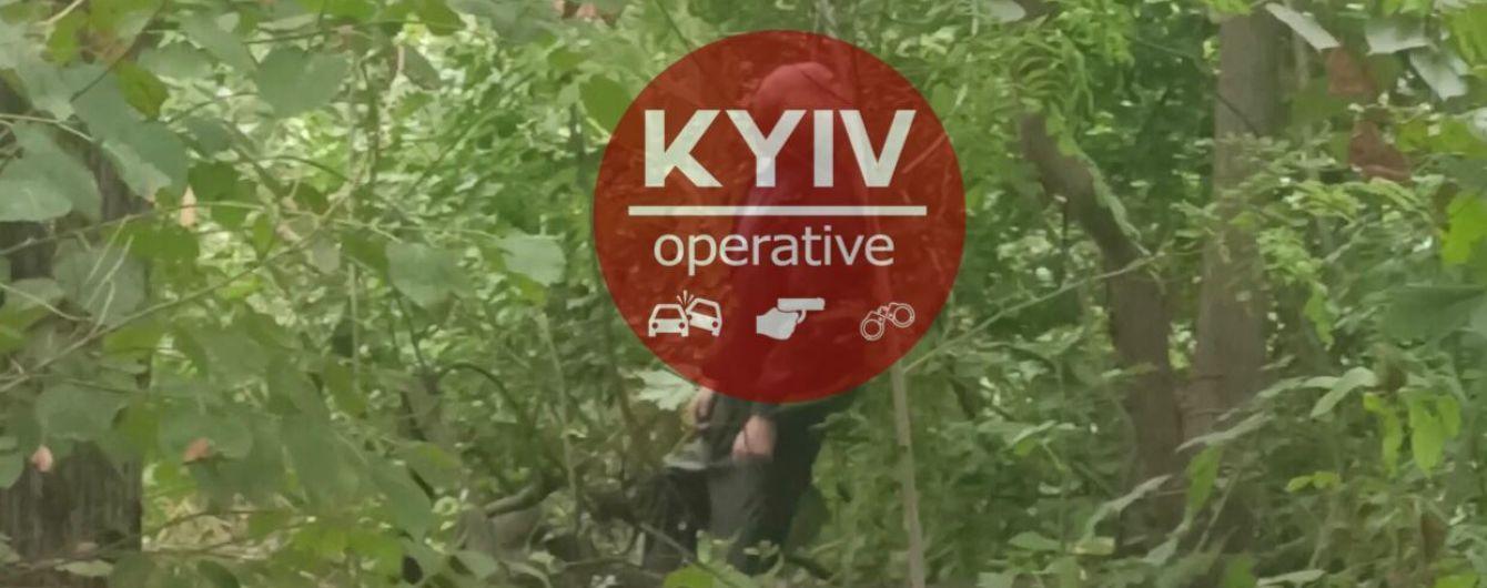 У Києві знайшли повішеним чоловіка