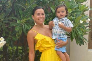 Ева Лонгория без макияжа и в желтом сарафане сделала фото с сыном
