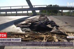 В Ровенской области выбоину на дороге залатали кофточками, брюками и куртками