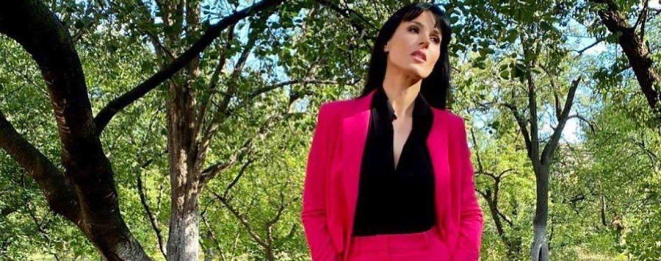 Маша Єфросиніна обрала ефектний рожевий аутфіт для ділового виходу