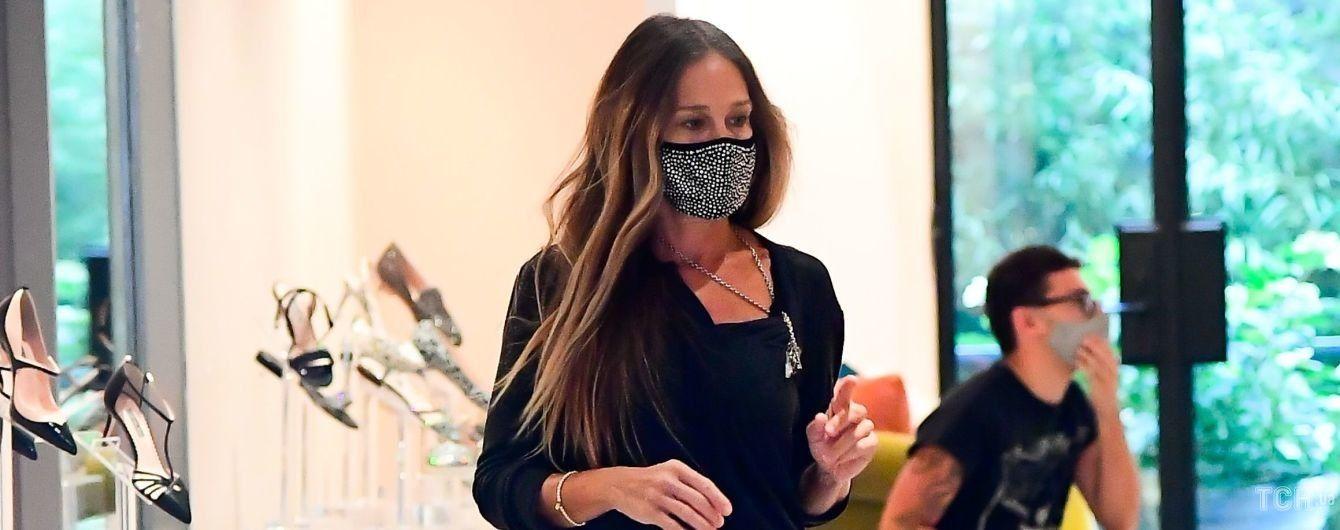 У коротких джинсах і ботильйонах: Сара Джессіка Паркер провела робочий день в бутику