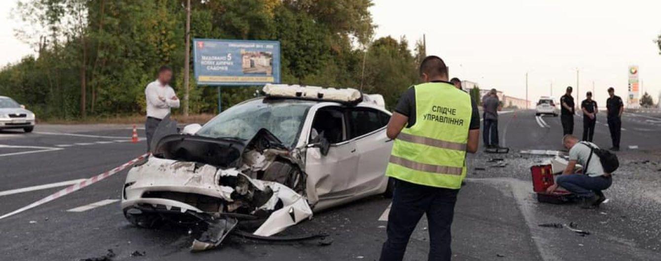 Tesla протаранил микроавтобус вблизи Хмельницкого: 8 травмированных