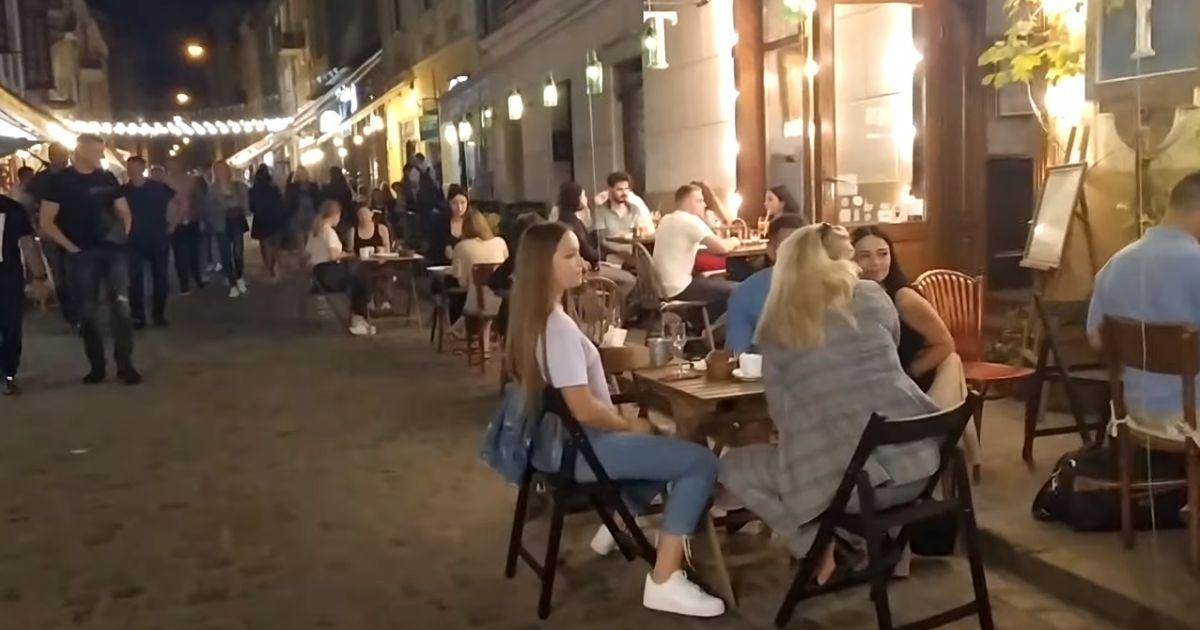 Без масок та соціальної дистанції: як розважаються у центрі Львова
