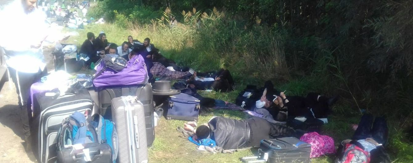 Спят под открытым небом и ждут решения Кабмина: появились фото и видео, как хасиды блокируют границу