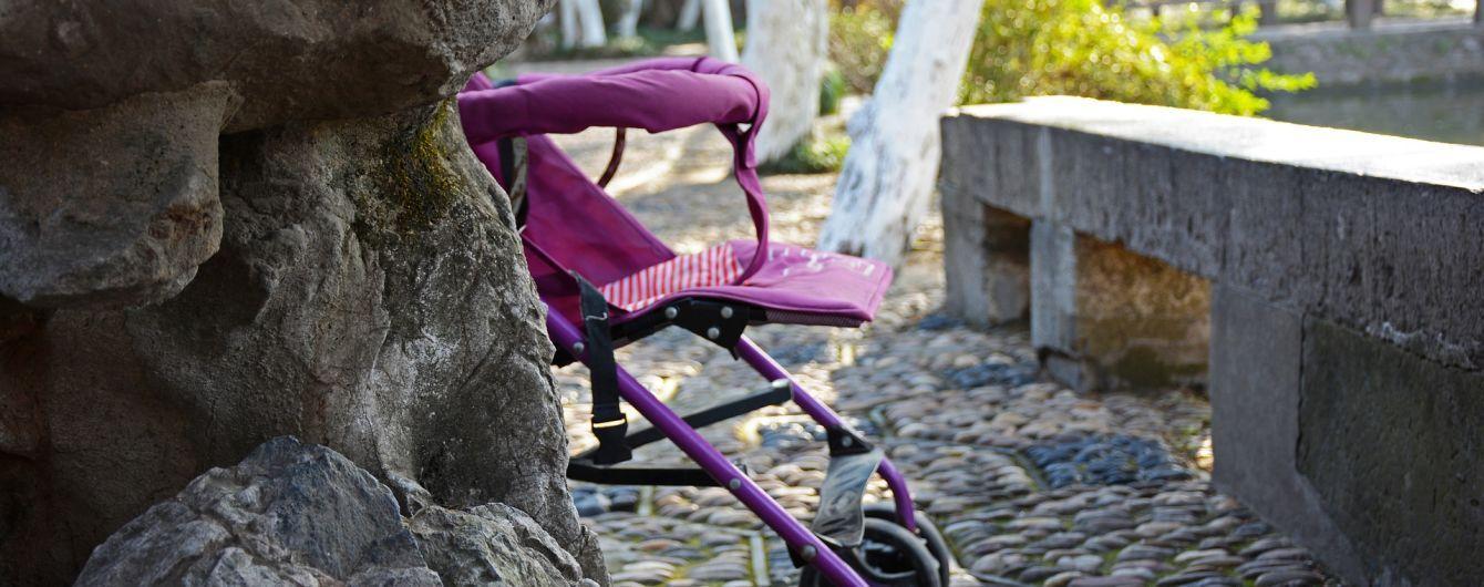 """Дитина падала, але мати повторювала """"трюк"""": у РФ на скейт-майданчику жінка травмувала немовля"""