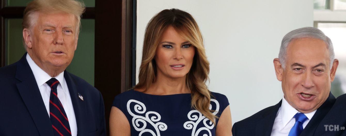 В платье с завитками от Prada: Мелания Трамп в элегантном аутфите встретила гостей