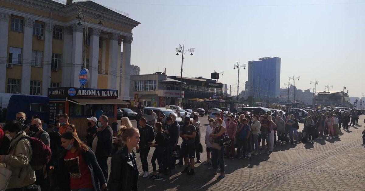 """На станції метро """"Вокзальна"""" в Києві утворилася величезна черга: що трапилося"""