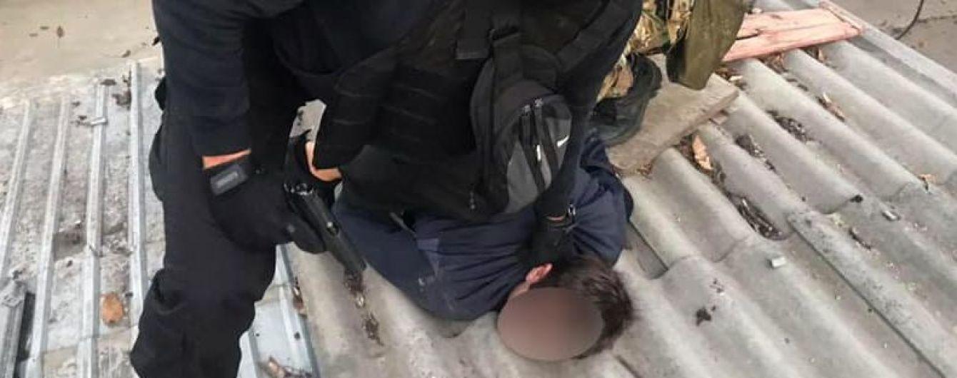 З переслідуванням і ризиком для життя: в Одесі затримали озброєних розбійників, які  зв'язали дитину