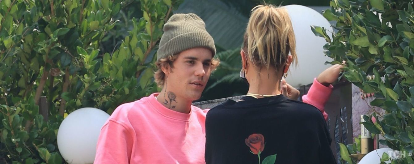 Он в розовом, она - в черном: Джастин и Хейли Бибер попали под прицел фотографов