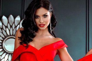 """В платье с высоким разрезом: участница шоу """"Холостяк"""" продемонстрировала образ lady in red"""