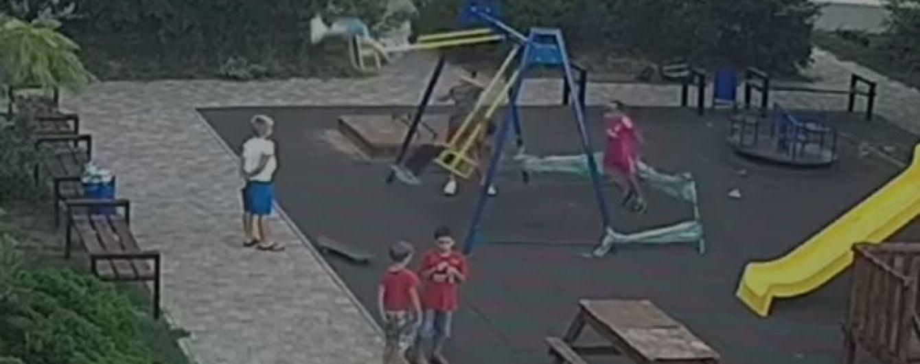 Батьки хлопчика, який наштрикнувся на арматуру на дитмайданчику в Одесі, не позиватимуться до суду
