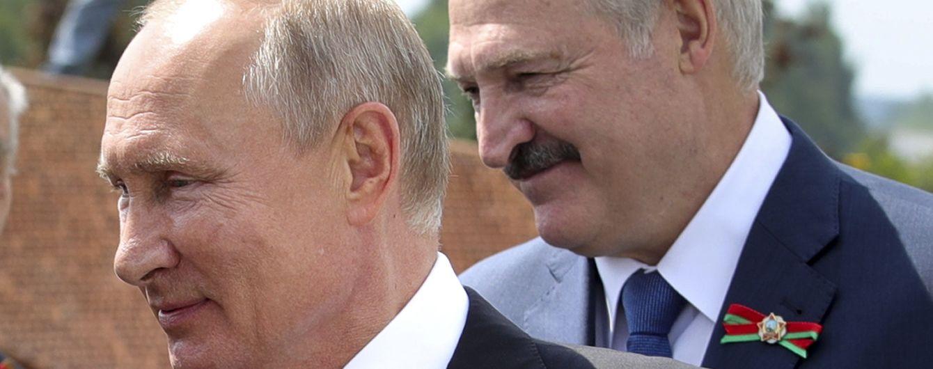 """Лукашенко попросив у Путіна нове озброєння, щоб боронити кордон """"від Бреста до Владивостока"""""""