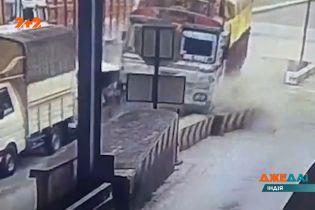 В Индии водитель грузовика протаранил пункт оплаты