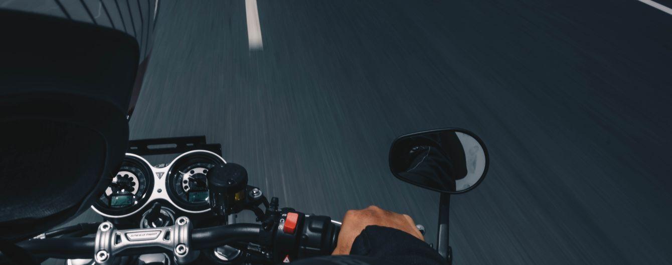 У Києві мотоцикл влетів в таксі: що сталося