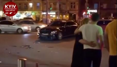 ДТП в центре Киева: в результате столкновения Mercedes и Skoda, последнюю отбросило на тротуар