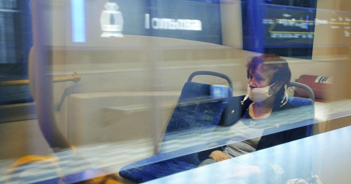 Надавав стусанів та вдарив пляшкою: у Сумах пасажир побив водія тролейбуса
