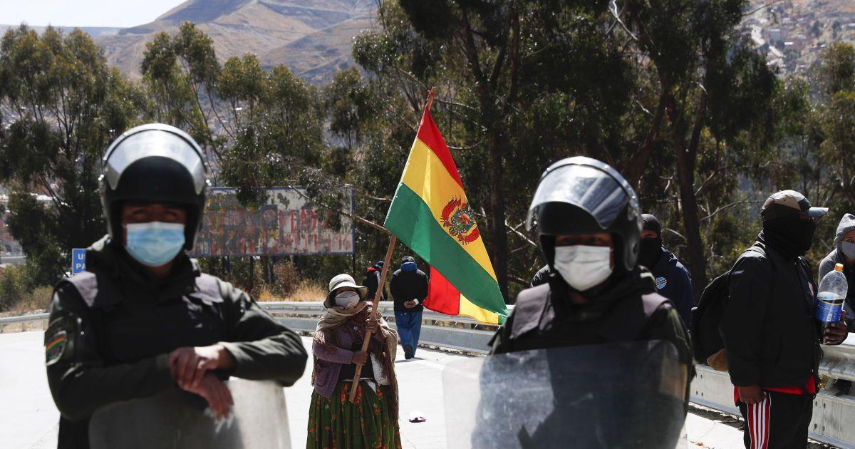 """В Боливии промышленный отбеливатель выдают за """"чудо-лекарства"""" от COVID-19"""