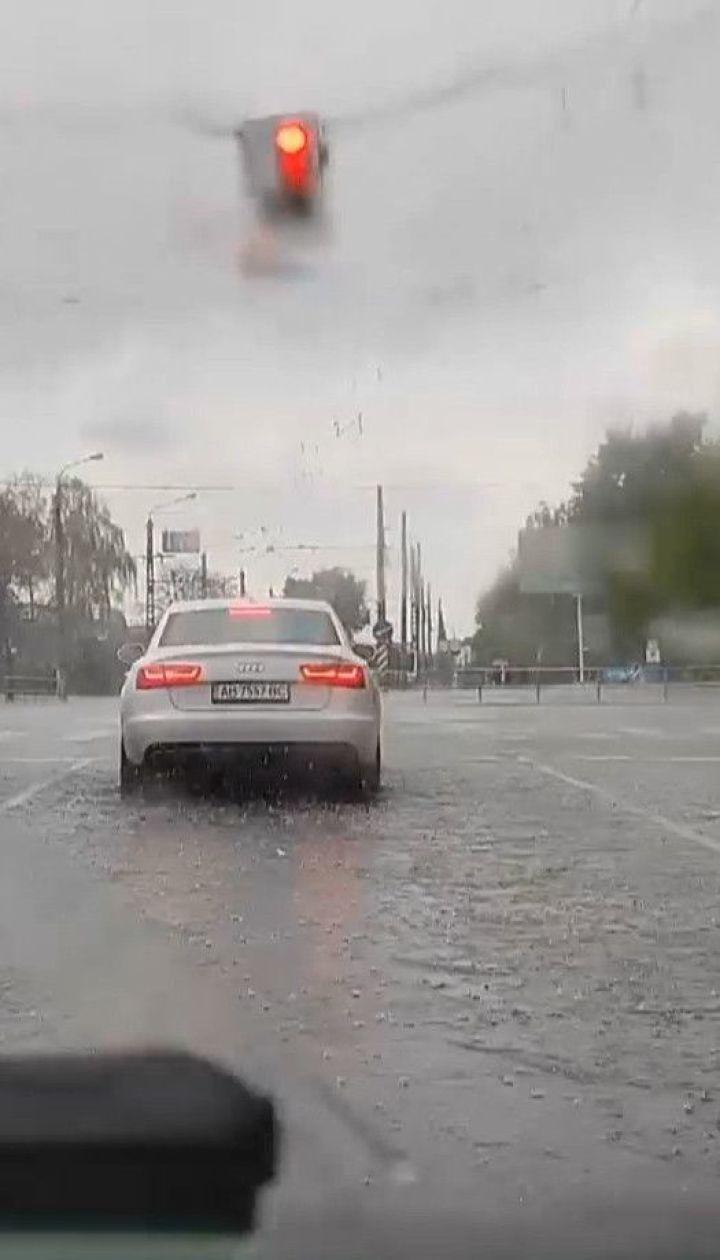 Осінь із різким похолоданням: у столиці потужна злива та шквальний вітер наробили лиха