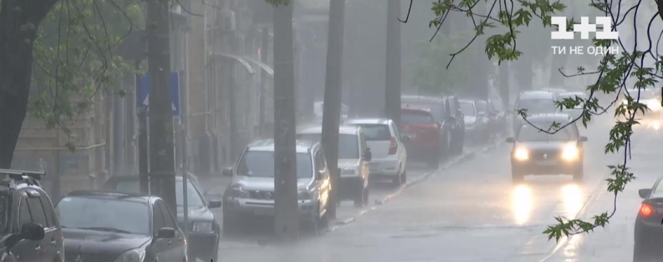 Дощ затопив паркінг з електромобілями, а шквальний вітер повалив дерева: негода накоїла лиха у Києві
