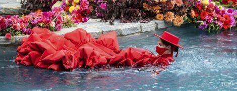 Беременная Коко Роша на показе мод нырнула в бассейн в платье со шлейфом