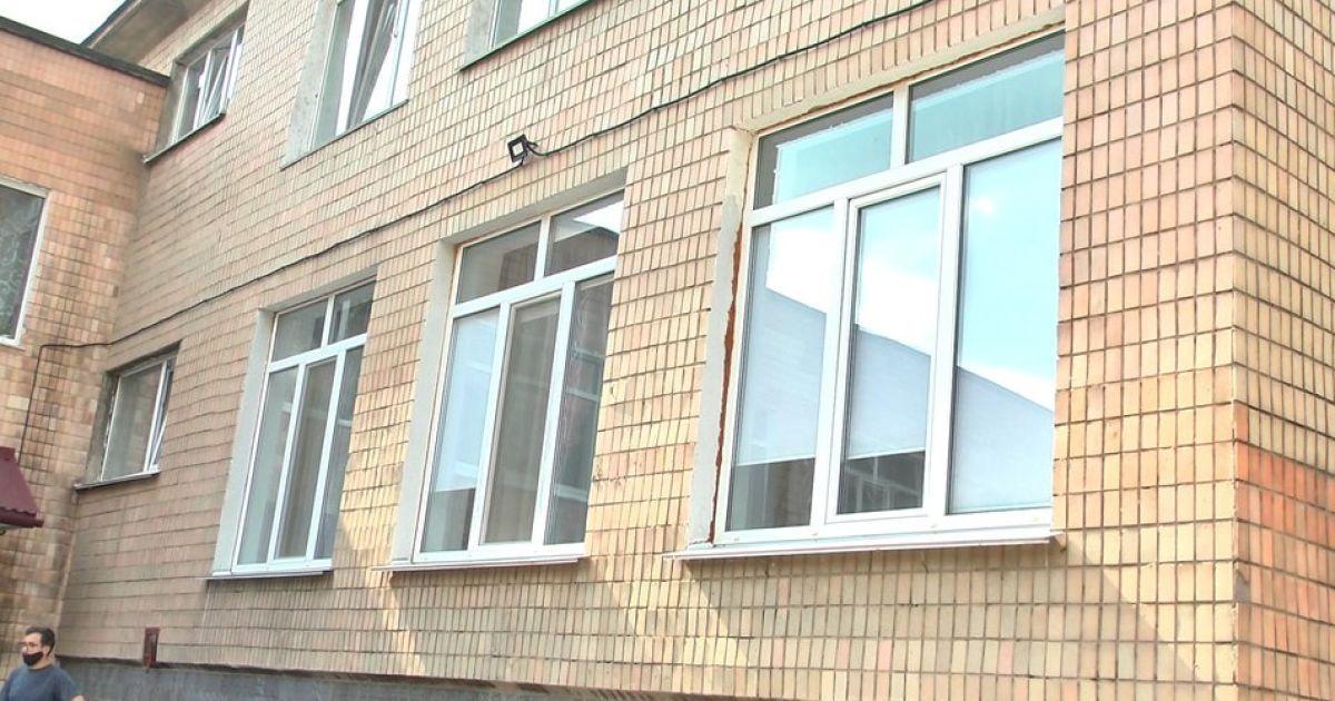 У Запоріжжі 12-річна дівчинка вистрибнула з вікна: у чому причина