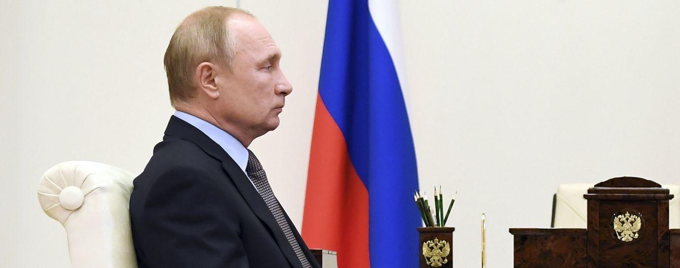 """""""Кількість абсурду зростає"""": у Путіна різко відреагували на пляшку води з """"Новачком""""у номері Навального"""