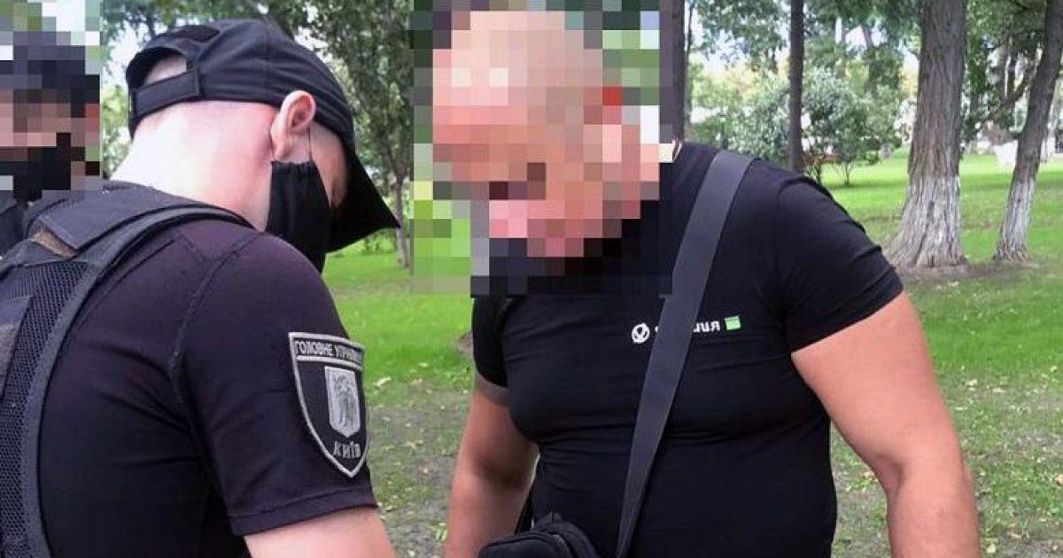 В Киеве в Мариинском парке мужчина с ножом угрожал журналистам: фото