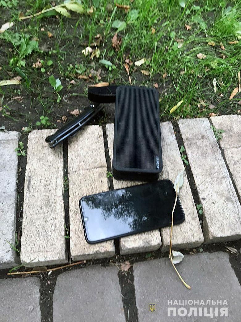 Вилучені речі у чоловіка, який кидався з ножем на журналістів у Маріїнському парку
