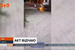 В Беларуси мужчина облил себя бензином и поджег