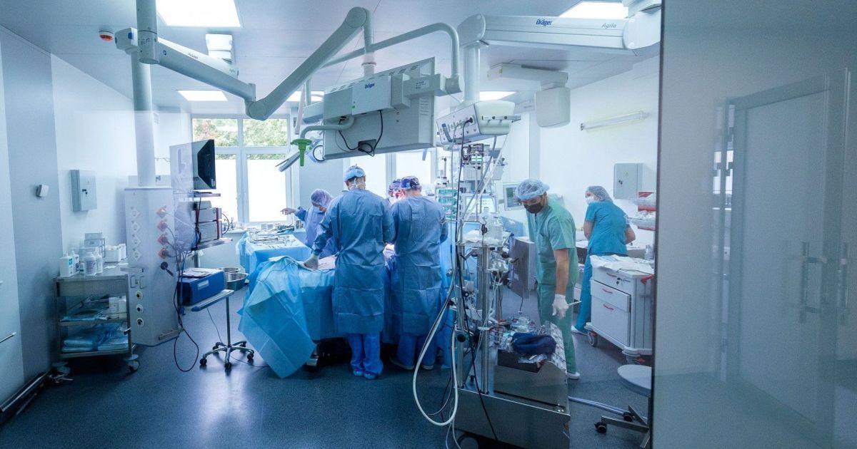 """В """"Феофании"""" медики провели уникальную операцию: удалили из грудной клетки опухоль весом 4,5 кг"""