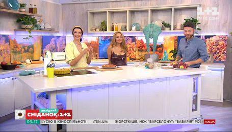 Валентина Хамайко вместе с Тиной Кароль приготовила перевернутый пирог с яблоками и сливами