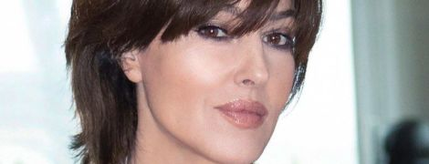 С сексуальным декольте и в изумрудах: роскошный аутфит Моники Беллуччи