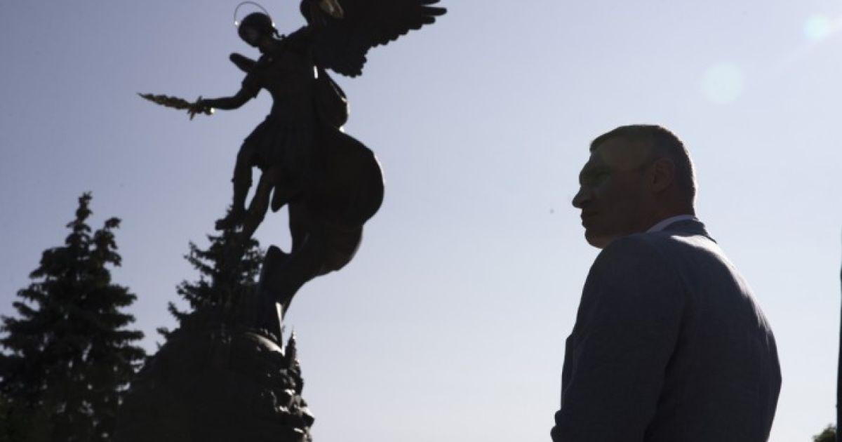 Мэр Кличко открыл фонтан со скульптурой Архистратига Михаила