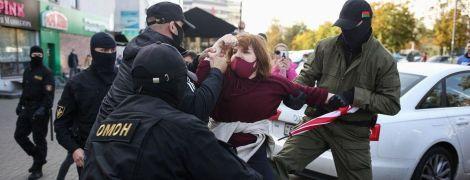 В Минске во время разгона женского марша силовики задержали более 300 участников: среди них подросток