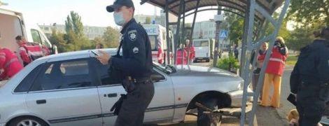 В Мариуполе авто протаранило остановку с людьми