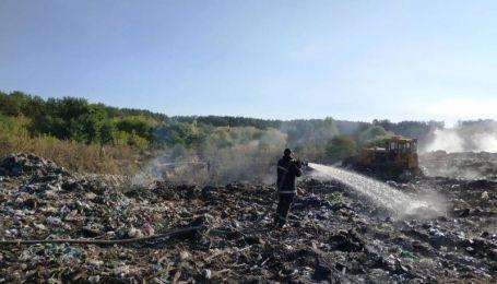 В Житомирской области вспыхнула свалка: огонь мог перекинуться на лес
