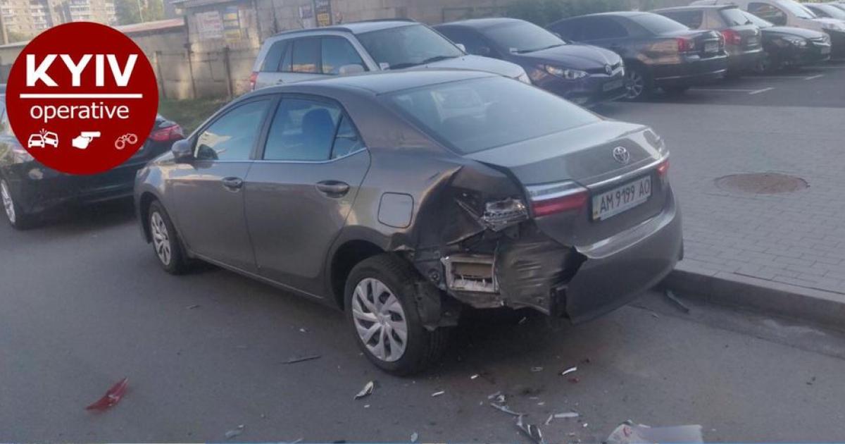 В Киеве на парковке неизвестный разбил пять машин: появилось видео