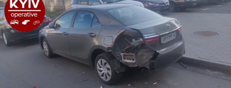 У Києві на парковці невідомий розтрощив п'ять машин: з'явилося відео