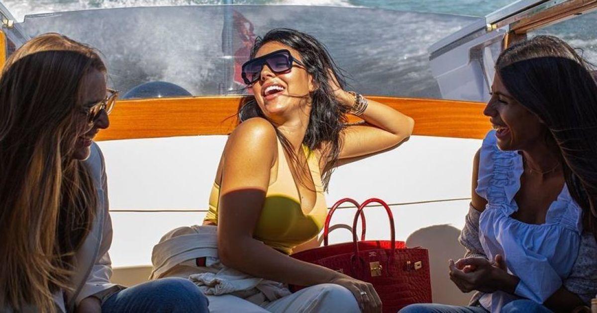 У жовтому топі і штанях Gucci: Джорджина Родрігес показала, як відпочила з подругами