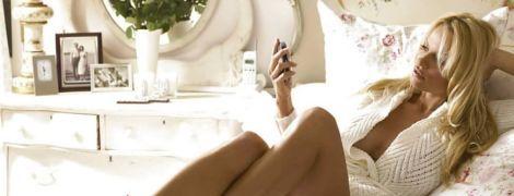 Сексапильная Памела Андерсон в трусах выгнулась на кровати и засветила сосок