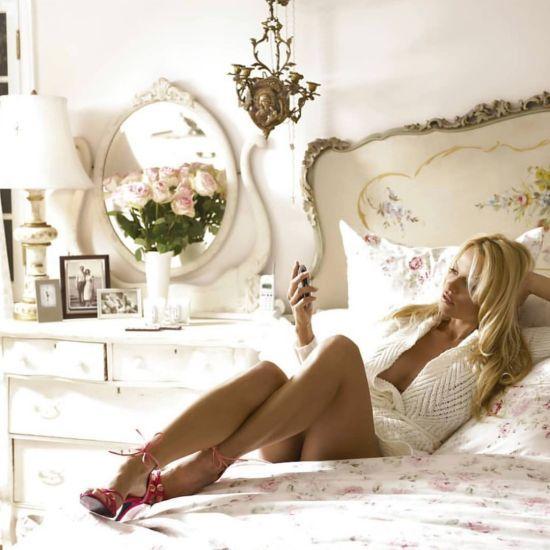 Сексапільна Памела Андерсон у спідньому вигнулася на ліжку та засвітила сосок