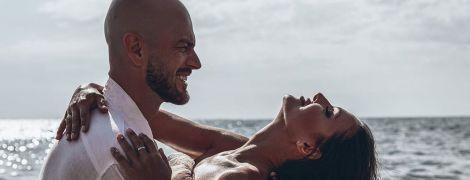 """Влад Яма потанцював із дружиною в морі та привітав кохану з """"чавунним"""" весіллям"""