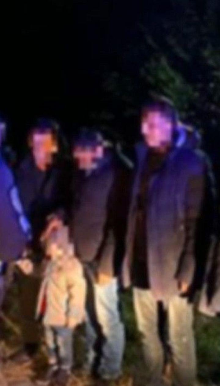 Нелегали у багажнику: на Закарпатті правоохоронці зупинили автівку, забиту мігрантами