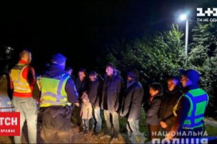 Нелегалы в багажнике: на Закарпатье правоохранители остановили автомобиль, забитый мигрантами