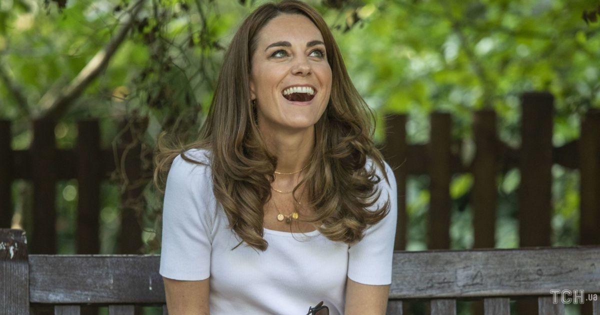 В брюках цвета пыльной розы и кедах: герцогиня Кембриджская приехала на встречу в стильном аутфите