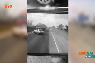 В Росії водій на авто тікав від поліцейських, але втратив контроль та потрапив під фуру