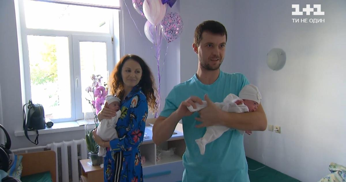 У Києві народилися двійнята вагою по пів кілограма: як виходжували дівчаток розміром з долоню