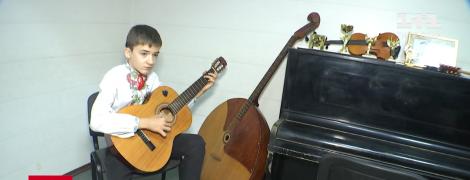 Український школяр із важким діагнозом опанував десять музичних інструментів